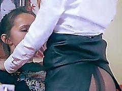 Dos muchachas ordenadas que tienen relaciones sexuales sobre el sofá rojo