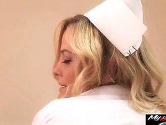 Alexis Texas est infirmière sexy en action avec le médecin