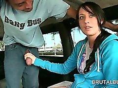 Ragazza teenager del tesoro giocando con il gigante del enormi nel bus di del sesso