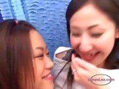 Asian Girl Kissing får hennes bröst och fitta gnidas bröstvårtor sugas på soffan