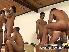 Muskel Stud Soldaten unter Gruppensex
