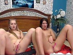 Lesbiennes blondes jouent au castor d'une brune