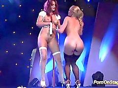 Show pornô lésbico em palco público