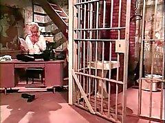 Ménage à trois lésbico Sado dentro cela de prisão