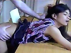 Филиппинский любительские Хелен склонилась над стол выебанная жесткий и Spank