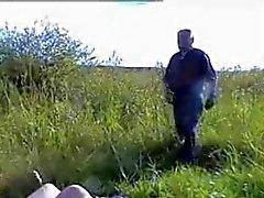 Adolescente russa fode desabrigados oldman ao ar livre