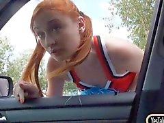 Redhead Cheerleader von Eva Berger Möse im Fahrzeug durchgefickt