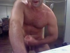 Hairy Muscle Daddy si masturba in cam