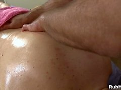 Massageando seu abdômen tenso e gigante dick