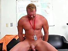 Straight мужчин пили ссать геем первого дня за работой