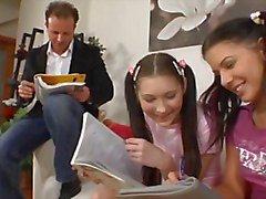 Professor E duas alunas adolescentes