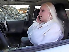 cruel en el carro