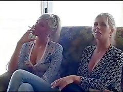 2 meninas fumantes