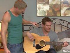 Gitarr homofile Gavin bevattnar samt Parker i London att sjunga och knullas också