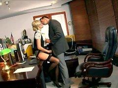 Blonde sekreterare Donna Bell knullat i svart hopfogas strumpor och en packnings