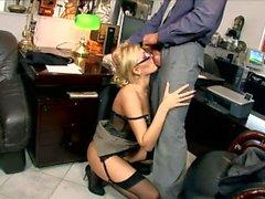 Blonde Sekretärin Donna Bell gefickt in schwarzen Strümpfen und Strumpfband