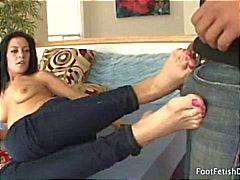 Brunette Vanessa geeft een mooi footjob nadat hij kust en likt haar tenen