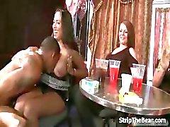 Strippers masculinos sorte recebendo um boquete