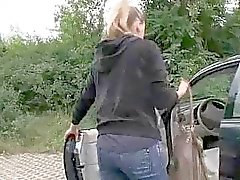 Söpö Tšekin tyttö Nessy kyytiä rahoille