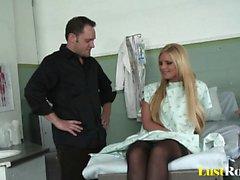 Kaunis lääkäri antaa kaunis Phoenix Marie kasvohoidosta