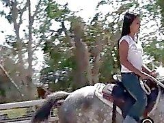 Chick från Thailand rida en häst