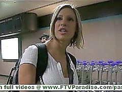 Anna extrem heisse Blondine zu blinken großen Natur Titten in den öffentlichen