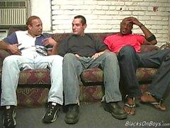 Los hombres negros que comparten el culo de un hombre blanco divertido