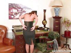 stripteases Secretario Morena Jess Oeste y se masturba en el escritorio en la ropa interior de la vendimia con clase
