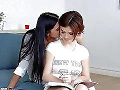 sonhos de aula por Sapphic Erotica cena lésbica sensual com Kyra Rainha Veronica Moore