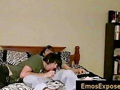 Zwei hübsche junge emos mit freien Homosexuell Sex im Bett part2