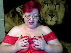 Redhead matura sexy matura la figa con un dildo