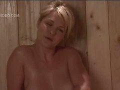 Bruyère Vandeven a nue dans la petite fille seule un sauna