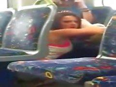 Meisje betrapt op telefoon cam eten van haar vriend op de trein