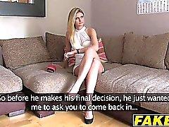 Sexiga blondinen Eva rider på en hårt cock av ett gjutningen fotografering
