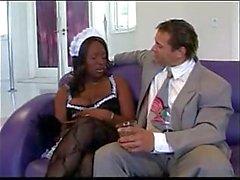 Ebony dienstmeisje bevalt haar baas