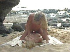 Lésbico relaciones sexuales correa en Sandy Summers y Jana Jordanía en la playa de