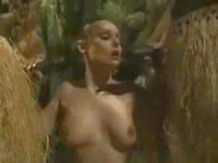 Busty morena obtiene follar grupo en la selva