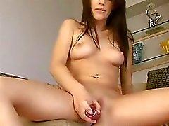 Bösen Teenager spielen mit Pussy bis nassen zum Orgasmus