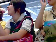 Upskirt cole en el metro