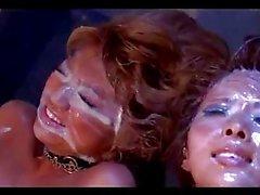 Два Дубленая кожа Girls в ошейниках Bondaged стимулируемых Vibrators Guys Cumming На всем телом их на матрас в подвале
