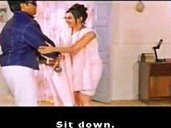 Indiase celeb Kareena Kapoor toont haar blote rug