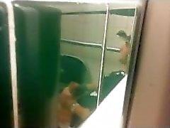 Prisonnier, hommes, secousses, public, toilette