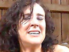 Cutie do amordaçado recebe chicotadas furious em seus peitos