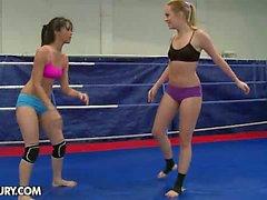 Combattiamo naturista del Club Regali : Blue Angel contro Rut di Medina
