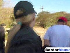 Zwei geile Migrantinnen werden hart an der Grenze gefickt