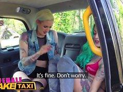 Female Fake Taxi Dildo rend chaud auxbou tatoué bébé