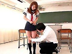 Colegiala japonesa facialized en la clase