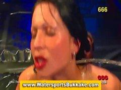 Vete los deportes acuáticos En El Pecho fetiche