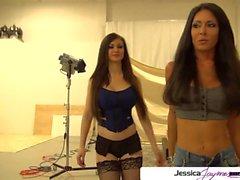 Jessica Jaymes e Kendall Karson chupar um grande galo branco