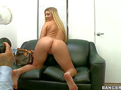 Curvilicious blond Neuling Katie Banks